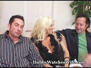 La esposa del puma folla al perno prisionero joven como relojes del marido