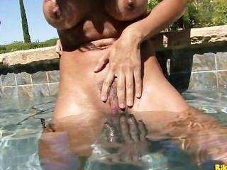 Kirsten precio juega con su coño perfecto junto a la piscina