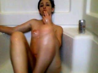 Chica sexy se masturba en la ducha