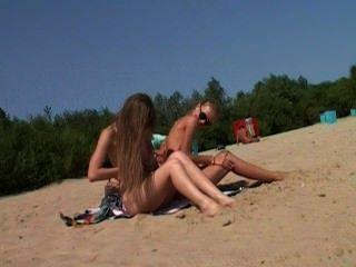Nudista adolescente desnuda deja que el agua le bese el cuerpo