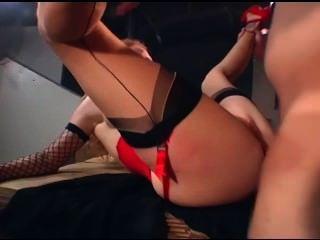 Pelirroja sexy en medias cosidas una correa de liga y guantes se dped
