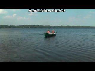Rubia follada duro en un barco en el lago tres chicos