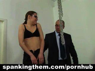 La secretaria perezosa recibe un azote de su jefe