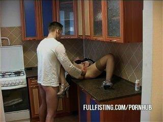 Perra caliente se fisted y el culo jodido en la cocina