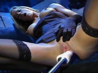 Rubia en medias y guantes folla máquina