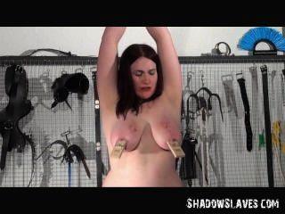 Lesbian slavegirl alyss torturada por su amante en hardcore bdsm session