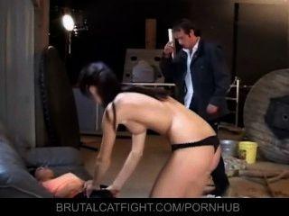 Joven patrona bate el culo de su empleada de limpieza