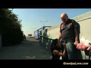 El abuelo follando a un brunette agradable y dando el sexo oral
