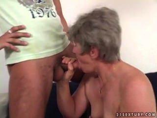 Un joven hombre va sacar una mujer madura