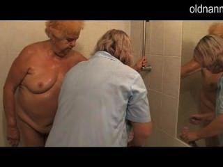 Abuela 86yo se prepara para follar de mujer madura