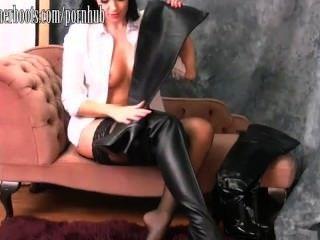 Caliente busty babe pone en su muslo botas altas de cuero