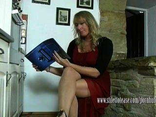 Caliente ama de casa cuelga sus tacones de aguja y se burla de sus piernas de nylon escarpado