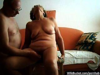 Pareja real tener relaciones sexuales en su sofá naranja