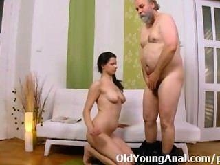 Ansia de sexo anal adolescente le pide a un hombre mayor que lo lleve de vuelta