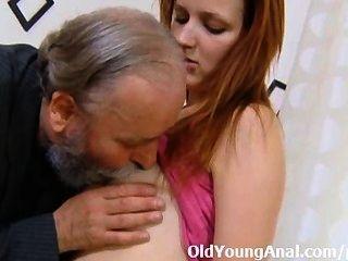 Sveta está doblada y su culo jodido duro por su hombre mayor