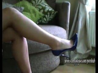 Chica bonita con piernas largas endereza fetiche en lencería sexy y tacones altos