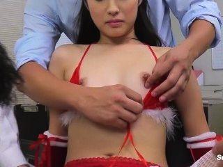 Boca asiática pequeña vs gran mamada mamada en la Navidad