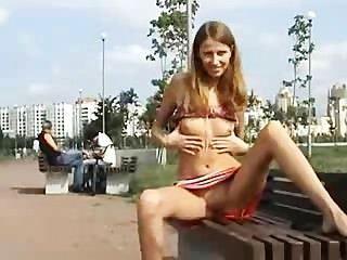 Tiras de niña rusa al aire libre