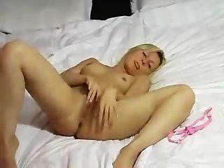 Caliente amateur rubia masturbándose