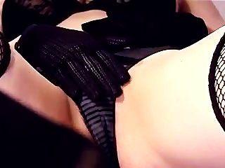 Closeup masturbación en muslo medias y guantes de alta resistencia