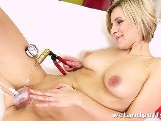 Bianca ferrero juega con su juguete favorito