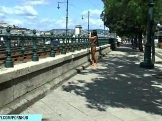 Dulce bailey muestra su cuerpo desnudo sexy en las calles públicas