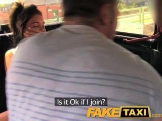 Faketaxi divertido tiempo pareja en el asiento trasero taxi trío