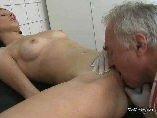 Viejo médico licks jóvenes morenas coño