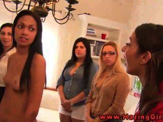 Adolescentes lesbianas de colegio usando dildos para su iniciación