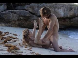Sexo extremo del arte de la pareja elegante en la playa
