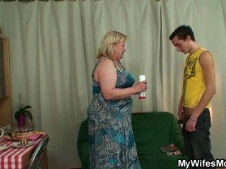 Él folla a su mamá enorme y consigue interrumpido