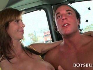Busty babe haciendo este chico realmente caliente en el autobús de los niños
