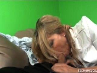 Madre e hija chupan un boner