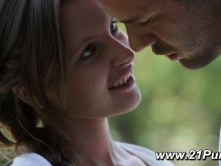 Pequeña adolescente con tetas naturales hace el amor con su novio