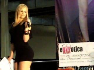 Alexis texas hace la tira de la muchacha al sujetador y las bragas
