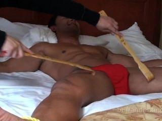 Musculoso y caliente músculo hunk vinculado y cosquilleado dante brice