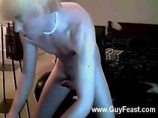 Película gay que es hasta que este tipo comienza a frotar su pecker a través de su