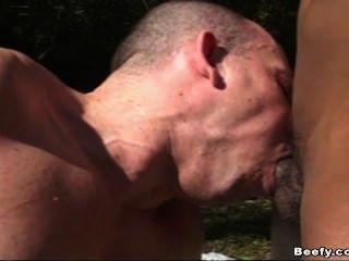 Músculos musculosos musculosos haciendo sexo anal duro