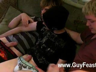 Película gay aron, kyle y james están cubiertos en el sofá y preparados