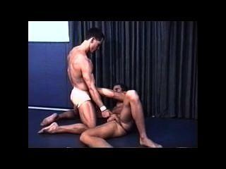 Lucha muscular erótica en las correas jock
