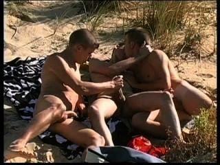 Tres punks encantadores tienen sexo muy caliente en la playa nudista.