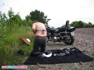 Chicos desnudos después del show de moto local