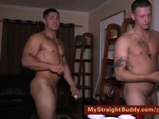 Amigos marinos desnudos jugando pong cerveza