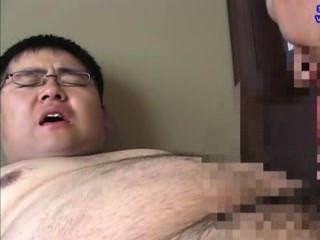 Chubby boy fue chupado por su maestro, eyaculación de un montón de esperma.