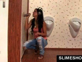Chica obtiene boca grande llena de cum en gloryhole