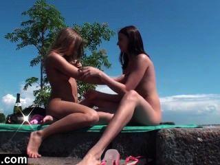 Lesbianas adolescentes trío al aire libre
