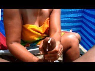 Milf handjobs gran polla en la playa
