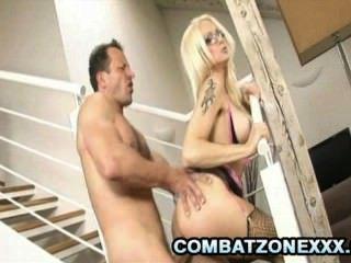 Stacy plata tetona bombas tener sexo en las escaleras