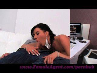 Agente femenino.Tímido stud folla como un demonio