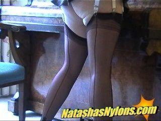 La ama de casa inglesa rubia con clase de MILF muestra su lado de la guarra en las medias